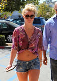 Britney Spears Th_63496_celebrity-paradise.com-The_Elder-Britney_Spears_2009-09-30_-_Shopping_At_Target_in_LA_348_122_251lo