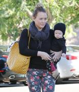 http://img179.imagevenue.com/loc578/th_317797159_Hilary_Duff_shopping_Bristol_Farms18_122_578lo.JPG